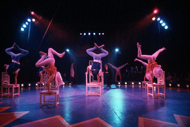 Le grand chapiteau la cirque rinvent for Chaise musicale